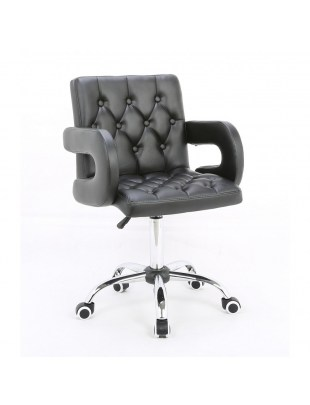Ron – Fotel fryzjerski tapicerowany czarną eco-skórą z guzikami tapicerskimi na kółkach