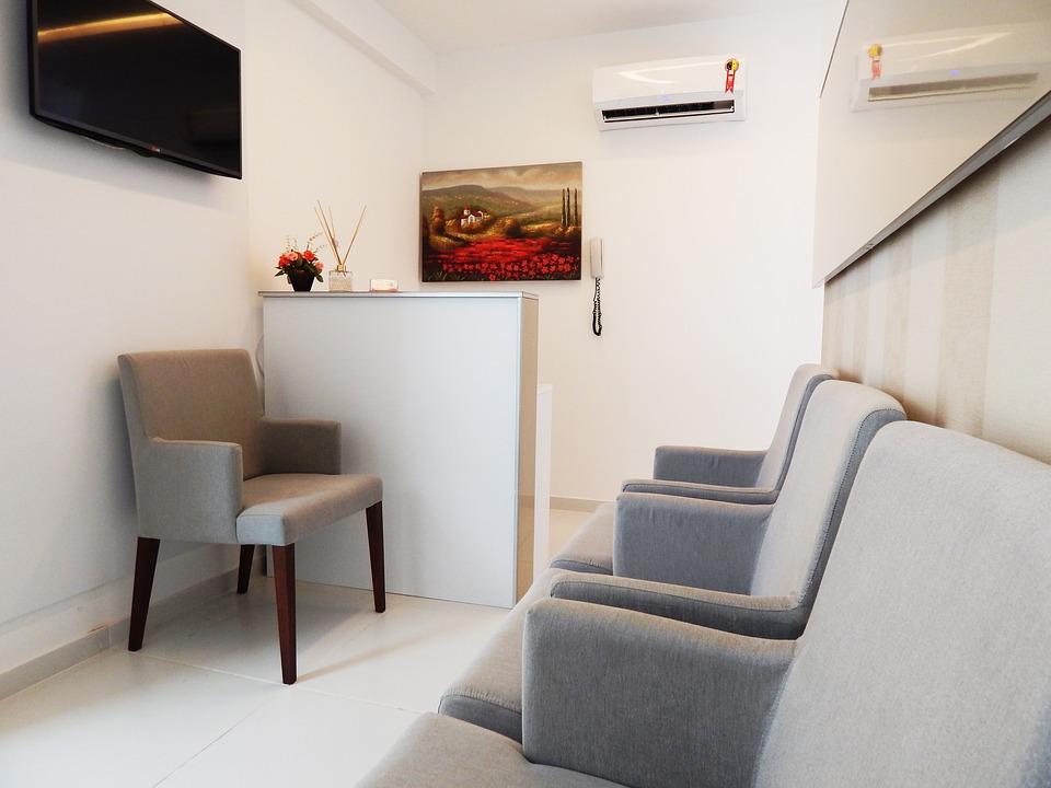 Mała recepcja w poczekalni. Małe poczekalnie w salonach i gabinetach. Mała poczekalnia, ale dobrze zaprojektowana.