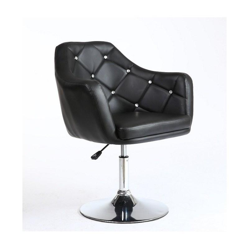 czarny fotel fryzjerski jest najbardziej uniwersalnym i najchętniej wybieranym fotelem do salonów fryzjerskich ze względu na to że nie ulega łatwo zabrudzeniom