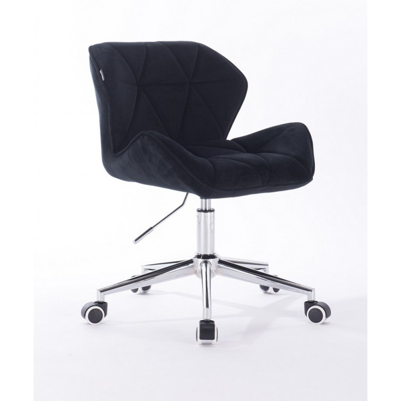 czarne krzesła na kółkach do biurka